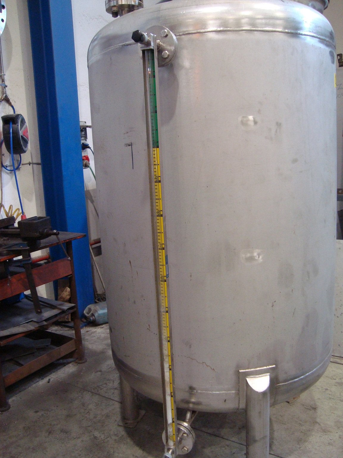 USED 1100 LITRES 316 STAINLESS STEEL VERTICAL TANK WITH STIRRING