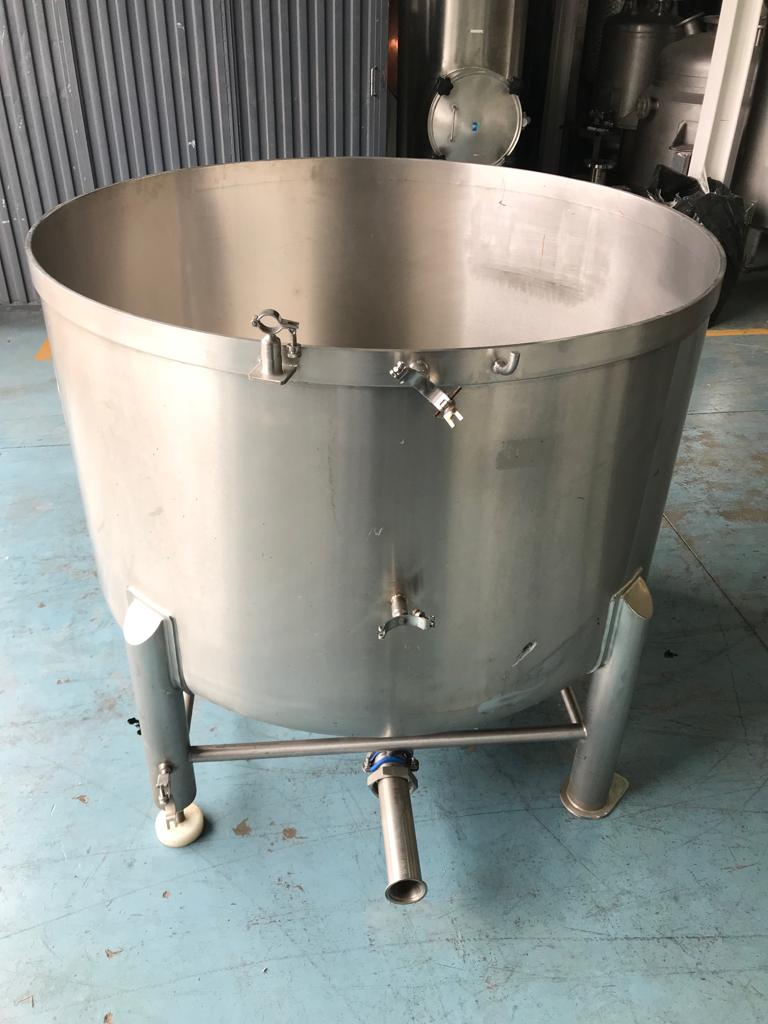 USED STAINLESS STEEL 1000 LITRES TANK