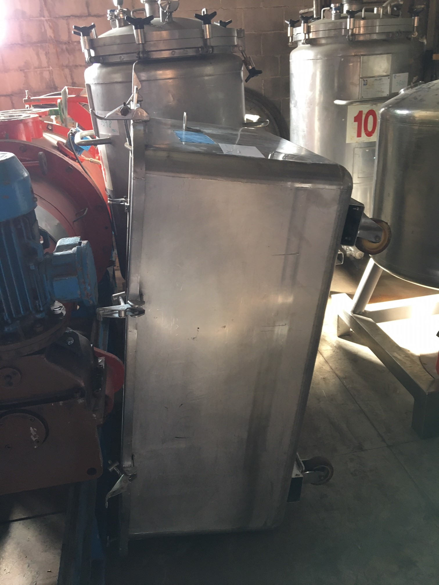USED STAINLESS STEEL 600 LITRES TANK