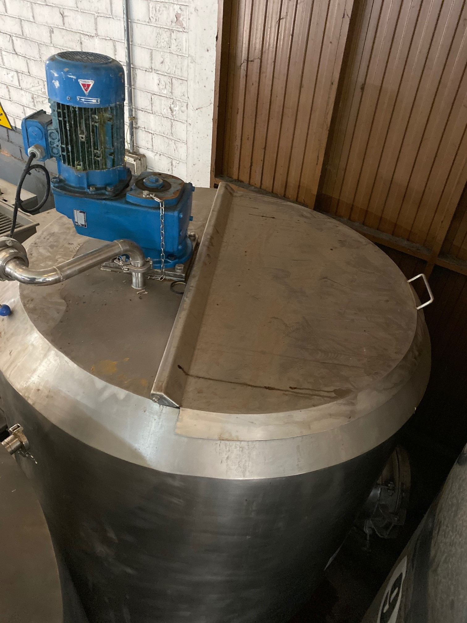 USED STAINLESS STEEL 1.000 LITRES INSULATED TANK WITH JACKET, AGITATION