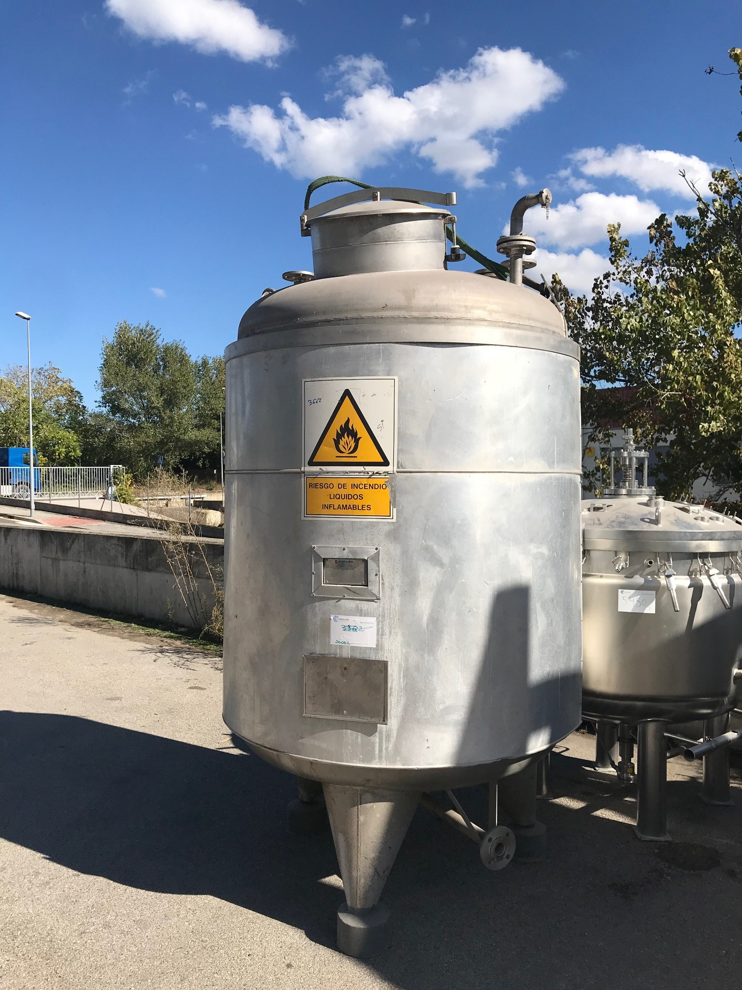 USED 2000 LITERS STAINLESS STEEL TANK
